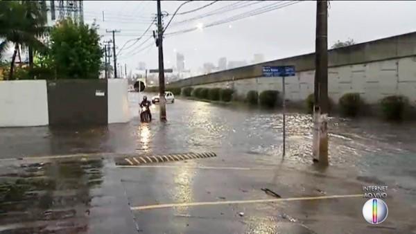 Chuva alaga ruas, causa transtornos e congestionamentos em Natal