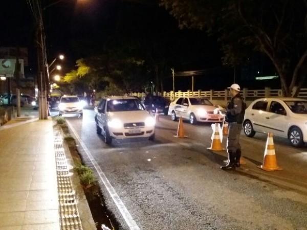 Sete pessoas foram presas em blitz da Lei Seca na madrugada desta quinta-feira (26) (Foto: Divulgação/Polícia Militar)