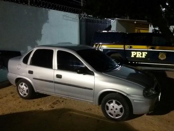 PRF prende dois homens e recupera carro roubado em Lajes
