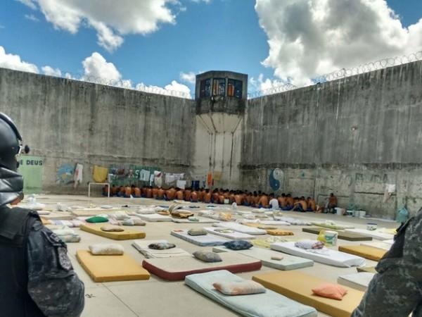 Agentes penitenciários e do GOE realizaram a intervenção nos dois pavilhões do PEP (Foto: Divulgação/ Sejuc)