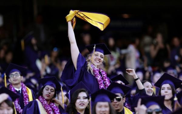 Jillian Sobol comemora sua graduação na cerimônia realizada em São Francisco (Foto: Associated Presss/AP)