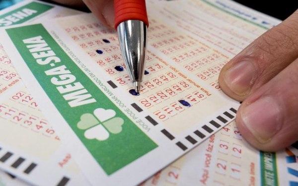 A aposta simples da Mega-Sena custa R$ 3,50 e pode ser feita em qualquer lotérica do País.