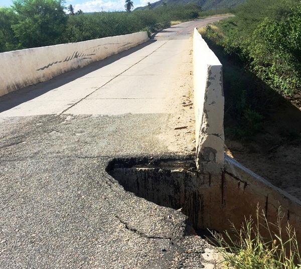 PERIGO: Cratera ao lado da ponte que liga Currais Novos a Lagoa Nova coloca em risco a segurança dos motoristas