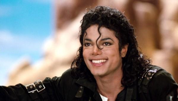Mansão onde Michael Jackson morou é colocada à venda