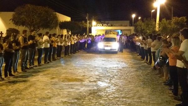 FOTOS E VÍDEO: Comoção e homenagens marcaram o sepultamento de Alex Araújo, vítima de acidente automobilístico