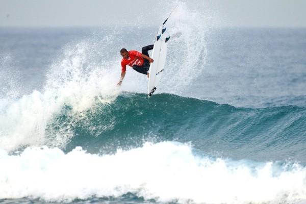 Potiguar vence campeão e avança em etapa do Mundial de Surfe