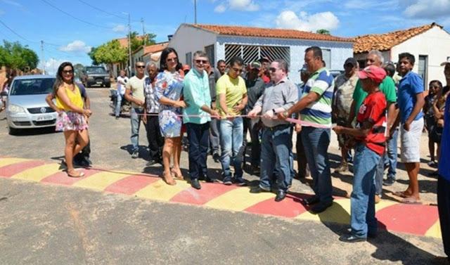 RIDÍCULO: Na Bahia, prefeito reúne secretários e promove evento para inauguração de um quebra-molas