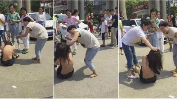 Mulher espanca jovem que seria amante de seu marido no meio da rua