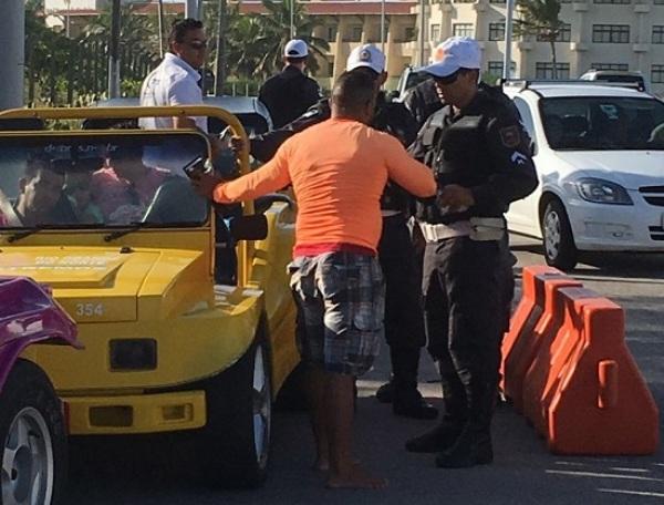 Operação Turista Seguro fiscaliza mais de 100 veículos de turismo na Via Costeira de Natal