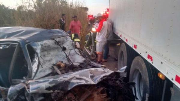 Família inteira morre em acidente entre carro e caminhão na MG-233