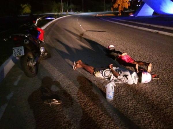 PM prende dois motoqueiros suspeitos que levavam um galão de gasolina em Macaíba