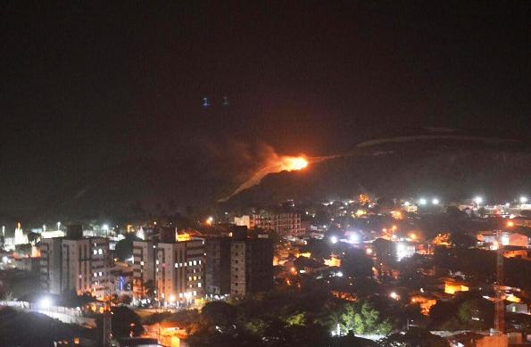 Vegetação ao lado do Morro do Careca, em chamas.