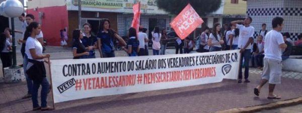 Jovens de Campo Redondo protestam contra aumento de salários dos vereadores e secretários
