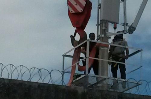 Homens trabalham na instalação de torres na Penitenciária Estadual de Parnamirim.