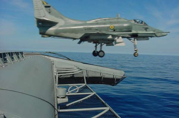 Avião da Marinha cai após bater em outro durante treinamento no Rio