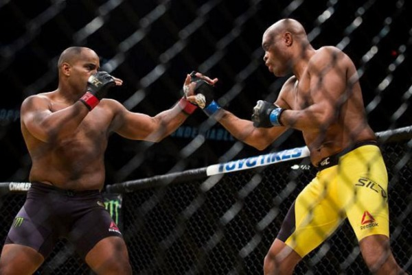 Anderson Silva entrou para a luta contra Daniel Cormier com o papel que poucas vezes lhe coube no MMA.