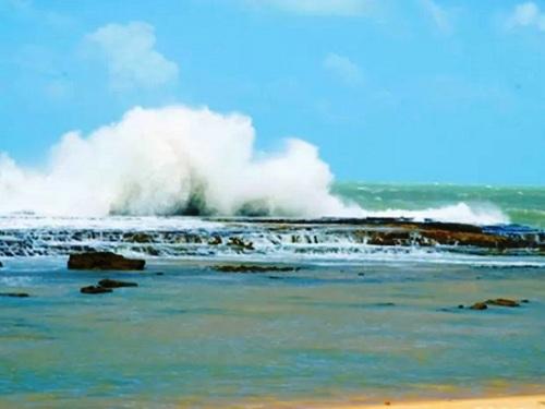 Dois pescadores caem de pedras e somem no mar no litoral Sul do RN