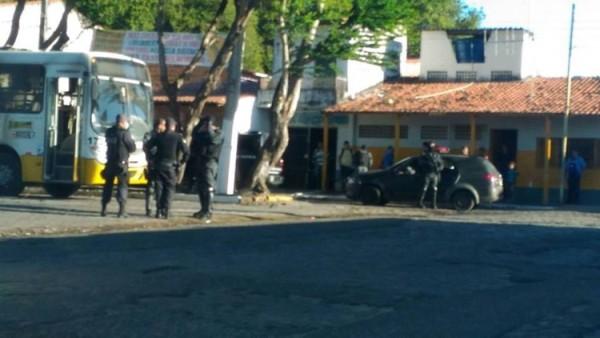 Criminosos tentam incendiar ônibus no bairro de Mãe Luiza