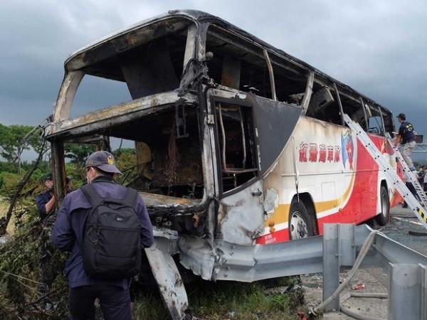 Ônibus bate, pega fogo, explode e mata 26 turistas chineses em Taiwan