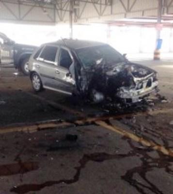 A frente do veículo ficou completamente destruída após a explosão.