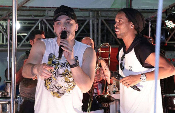 Cantor recebeu a presença de Ronaldinho, conversou com ele e os dois ainda cantaram juntos.