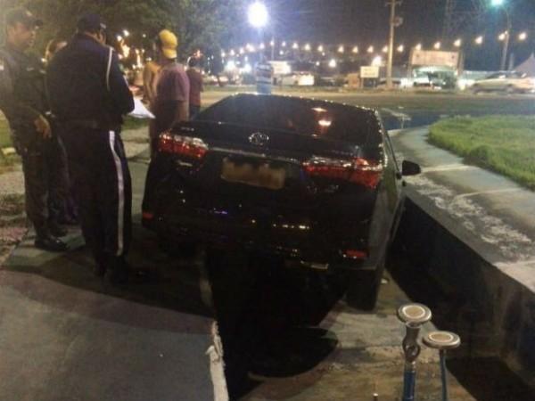 Em fuga, criminosos batem carro e invadem fonte em Ponta Negra
