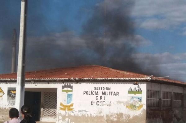 Antigo prédio da Polícia Militar de Macau é incendiado por bandidos