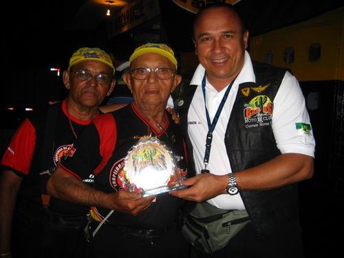 """Em 2007, """"Tio Bel"""" recebeu do Cactus um troféu em comemoração aos seus 90 anos. Na época, já era considerado o motociclista mais velho do Brasil."""