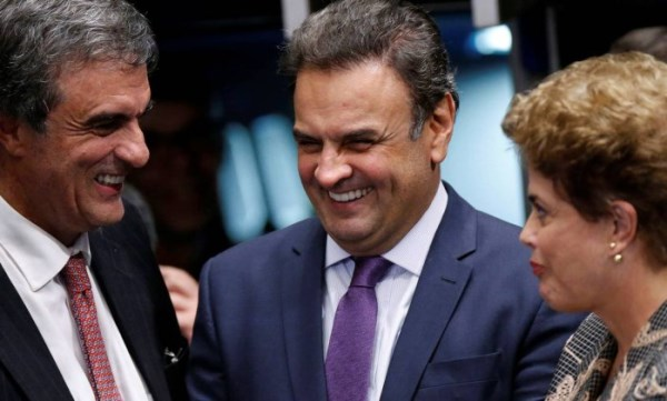Dilma Rousseff conversa com Aécio Neves e José Eduardo Cardozo em intervalo do julgamento do impeachment no Senado.