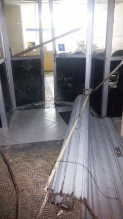 O interior da agência ficou parcialmente destruído.