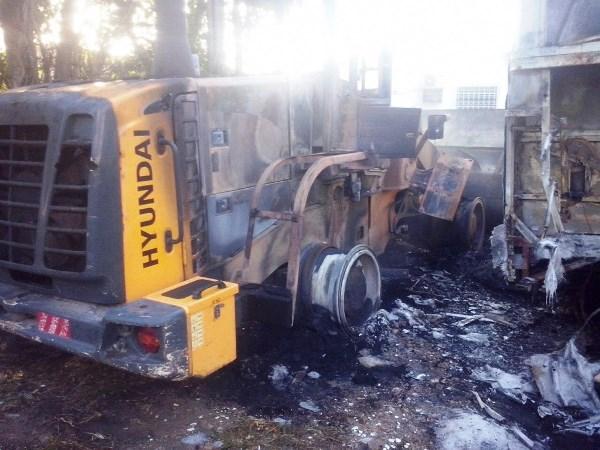 Um trator e outros veículos foram destruídos pelas chamas.