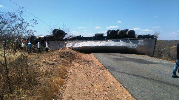 Caminhão capota na RN-118, entre as cidades de Caicó e Jucurutu; trecho permanece interditado