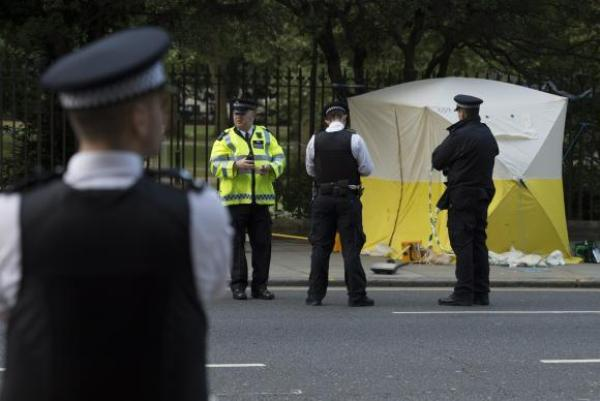 Policiais nas proximidades da Russel Square, no centro da cidade, onde uma mulher morreu esfaqueada e outras cinco pessoas ficaram feridas.