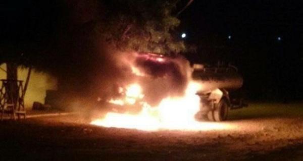 Caminhão-pipa é incendiado por bandidos em Caicó