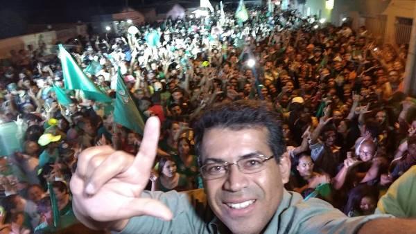 Candidato a prefeito, Luciano Santos. Ao fundo, a multidão no Povoado Manoel Domingos.