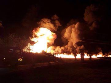 Caminhão tanque pega fogo às margens de BR; veículo havia sido roubado