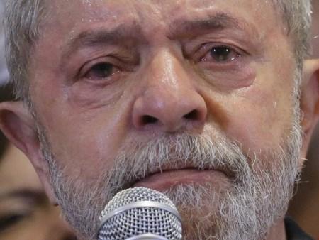 EM LÁGRIMAS: 'Provem e irei a pé para ser preso', diz Lula