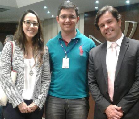 Anderson com a Diretora Comercial de Atendimento, Maria Helena, e o diretor da Caern, Marcelo Toscano