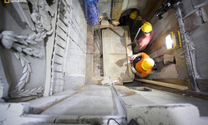 Foto mostra o momento quando a placa de mármore foi removida