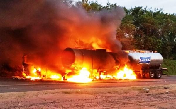 Com o impacto, os veículos pegaram fogo