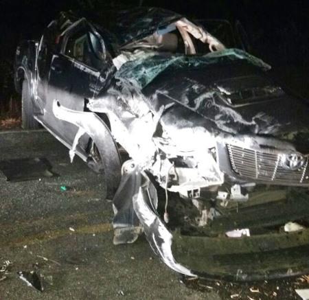 Dois bandidos morreram. O carro ficou totalmente destruído.
