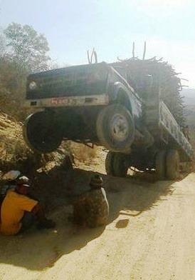 PERIGO: Caminhão carregado com madeira 'empina' em ladeira na zona rural de Picuí/PB