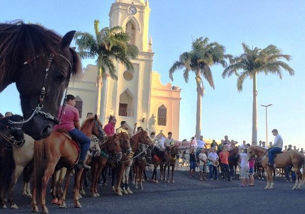 VÍDEO: Em Currais Novos, vaqueiros e amantes da vaquejada realizaram cavalgada em prol da festa de mourão