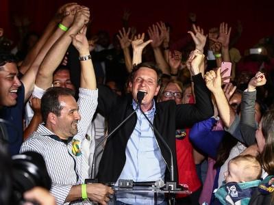 """""""Chega a nossa vez quando não se desiste"""", disse no 1º discurso. Crivella (PRB) teve 59,36% dos votos; Freixo (PSOL) ficou com 40,64%."""