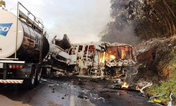 Os veículos ficaram totalmente destruídos