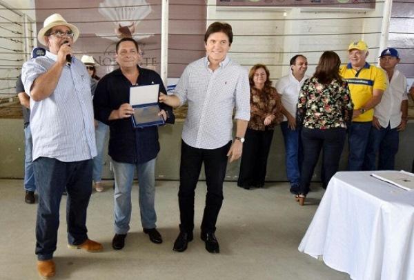 Ezequiel Ferreira recebe homenagem da ANCOC e ANORC na 54ª Festa do Boi