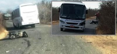 A motocicleta colidiu com o micro-ônibus