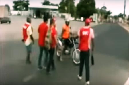 Com facão, manifestante tenta agredir motociclista