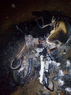Segundo informações o acusado estaria embriagado e teria colocado fogo na motocicleta.