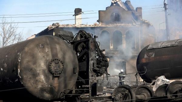 Dois vagões tanque, transportando butano e propileno, descarrilaram.